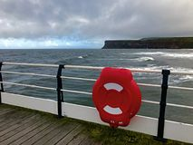 Flotador Saltburn por el mar fotos de archivo