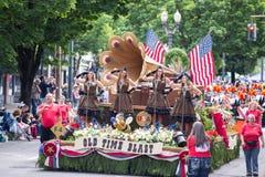 Flotador temático del ejército retro en el desfile imagen de archivo libre de regalías