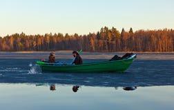 Flotador a través del hielo Fotos de archivo libres de regalías