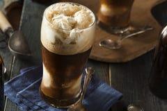 Flotador valiente oscuro congelado de la cerveza imagenes de archivo
