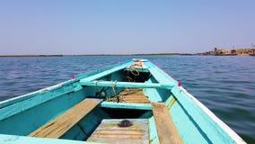 Flotadores azules y blancos de madera de la canoa en superficie del agua almacen de video