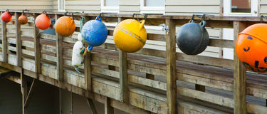 Flotadores coloreados de la pesca colgados en el embarcadero Imagen de archivo libre de regalías