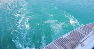 Flotadores de lujo del yate en ondas azules del mar metrajes