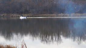 Flotadores del barco de motor en el lago del otoño almacen de metraje de vídeo