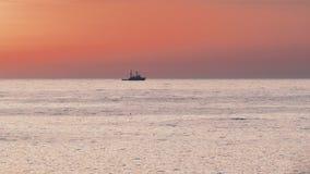 flotadores del Nave-tirón en el mar almacen de metraje de vídeo