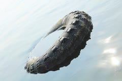 Flotadores enormes de la rueda en el mar del agua imagen de archivo libre de regalías