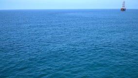Flotando lejos en la distancia la fragata almacen de video