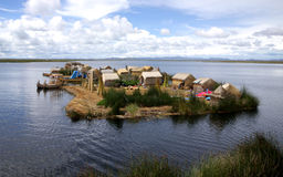 floting的海岛湖秘鲁titicaca uros 图库摄影