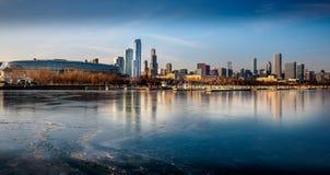 Flotsam замерли Чикаго, который Портовый район Lake Michigan стоковые фотографии rf