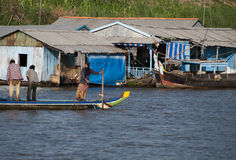 Flottörhus by i Cambodja Royaltyfri Fotografi