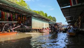 flottörhus marknad thailand royaltyfri fotografi
