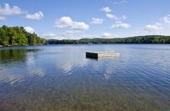 Flottörhus plattform på en Lake #1 royaltyfri bild