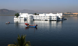 flottörhus udaipur för india lakeslott Arkivfoton