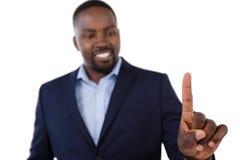 Flott affärsman som pekar hans finger, medan tala royaltyfria bilder