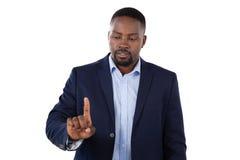 Flott affärsman som pekar hans finger, medan tala royaltyfri foto