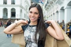 Flott attraktiv brunett som bär svart vit Fotografering för Bildbyråer