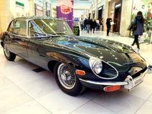 Flott dyr bil i en galleria Fotografering för Bildbyråer