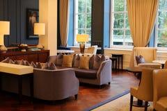 Flott elegant och modern hotelllobby på Amsterdam, Nederländerna i Europa Platser, tabeller och lampor på det lyxiga högvärdiga h Royaltyfri Foto