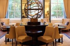 Flott elegant och modern hotelllobby på Amsterdam, Nederländerna i Europa Platser, tabeller och lampor på det lyxiga högvärdiga h Fotografering för Bildbyråer