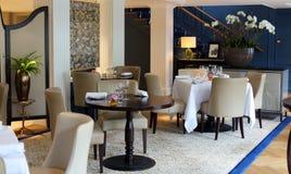 Flott elegant och modern restaurang på Amsterdam, Nederländerna i Europa Platser, tabeller och lampor på det lyxiga högvärdiga ho royaltyfria foton