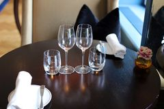 Flott elegant och modern restaurang på Amsterdam, Nederländerna i Europa Platser, tabeller och lampor på det lyxiga högvärdiga ho royaltyfri fotografi