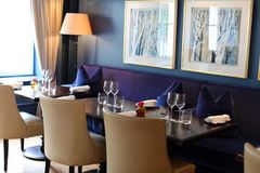 Flott elegant och modern restaurang på Amsterdam, Nederländerna i Europa Platser, tabeller och lampor på det lyxiga högvärdiga ho arkivfoto