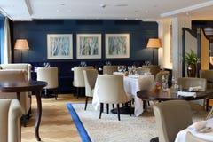 Flott elegant och modern restaurang på Amsterdam, Nederländerna i Europa Platser, tabeller och lampor på det lyxiga högvärdiga ho royaltyfri foto
