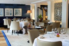 Flott elegant och modern restaurang på Amsterdam, Nederländerna i Europa Platser, tabeller och lampor på det lyxiga högvärdiga ho royaltyfri bild