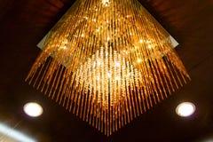 Flott fyrkantig ljuskrona royaltyfria foton