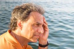 Flott hög idrottsman som framme tänker av havet royaltyfria foton