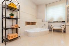 Flott hus - badrum fotografering för bildbyråer