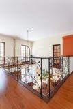 Flott hus - elegant trappräcke royaltyfri bild
