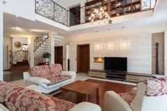Flott hus - elegantt vardagsrum royaltyfri bild