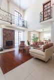 Flott hus - elegantt vardagsrum arkivbilder