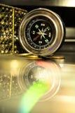 Flott kompass och dess reflexion royaltyfri fotografi