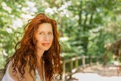 Flott kvinna i trädgård arkivfoto