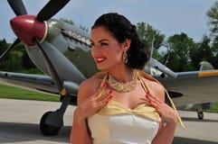 Flott kvinna med brittiskt WWII-flygplan arkivfoto