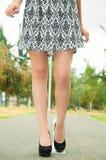 Flott kvinna som är synlig från midjan som bär ner arkivfoton