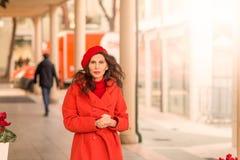 Flott kvinna som går ner gatan royaltyfria bilder