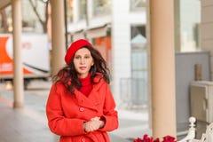 Flott kvinna som går ner gatan arkivbild