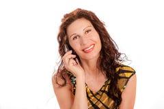 Flott kvinna som talar på mobiltelefonen arkivbild
