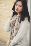 Flott kvinna utomhus i höst Fotografering för Bildbyråer