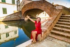 Flott kvinnasammanträde på bron royaltyfri fotografi