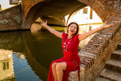 Flott kvinnasammanträde på bron royaltyfri foto