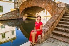 Flott kvinnasammanträde på bron arkivfoton