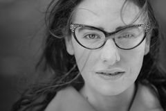 Flott kvinnastående i svartvitt arkivfoton