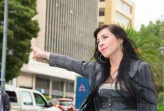 Flott latina modell som bär smart tillfällig kläder royaltyfri bild