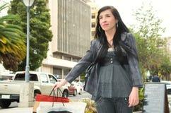 Flott latina modell som bär smart tillfällig kläder arkivfoton