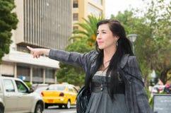 Flott latina modell som bär smart tillfällig kläder arkivfoto