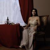 Flott latinsk kvinna som väntar på ett matställedatum arkivfoto